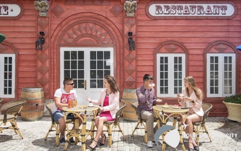 Ngồi góc riêng ngoài nhà hàng Brasserie để cảm nhận sự đơn giản mà vốn bình yên