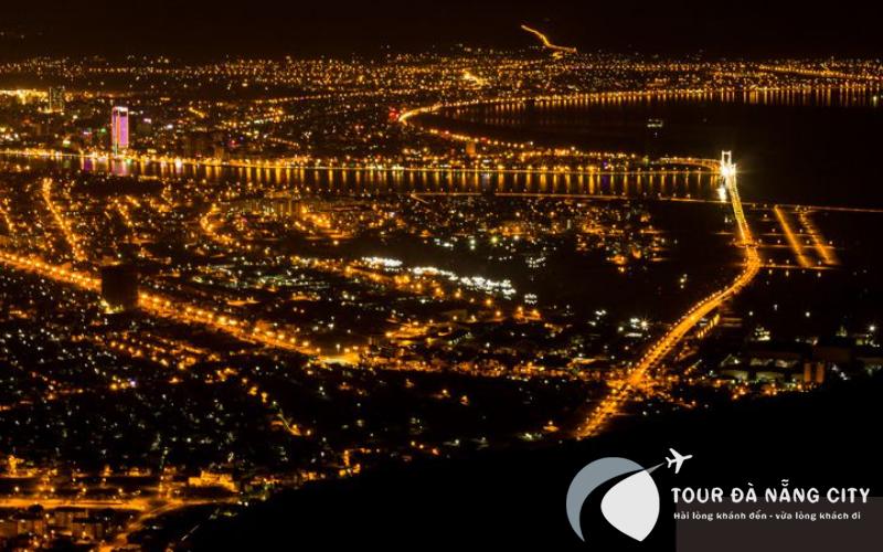 Sự ảo diệu cảnh sắc lung linh bởi ánh đèn rực rỡ của những cây cầu. Các nhà cao tầng, các khu đô thị. Tất cả đồng loạt lên đèn, mọi vật lung linh mới thấy vẻ đẹp lộng lẫy của cảnh đêm Đà Nẵng.