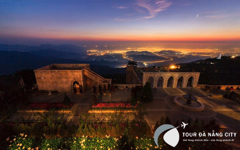 Màn đêm dần buông xuống Đà Nẵng từ góc nhìn đình núi Bà Nà Hill
