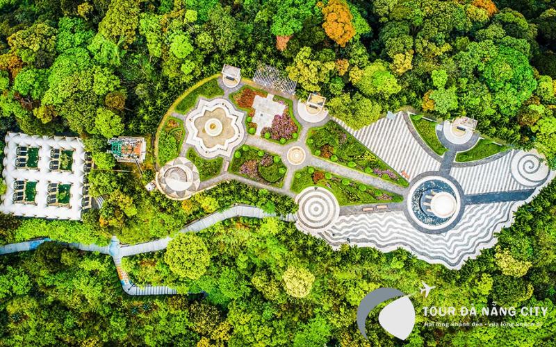 Toàn cảnh từ độ cao được chụp tại Bà Nà - Vườn hoa Le Jardin D'Amour